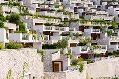 Rijen van flatgebouwen met koopflats en balkons Stock Afbeelding