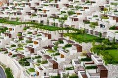 Rijen van flatgebouwen met koopflats en balkons Royalty-vrije Stock Afbeeldingen
