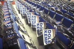 Rijen van gevouwen stoelen en Werkloosheidsuitkering/tekens Kemp Stock Foto