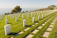 Rijen van Grafstenen bij de Nationale Begraafplaats van Fortrosecrans stock foto