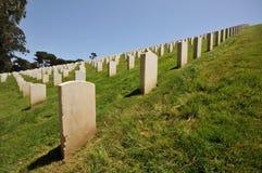 Rijen van grafstenen in een begraafplaats Royalty-vrije Stock Foto's