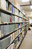Rijen van grijze boeken bij bibliotheek Royalty-vrije Stock Foto's