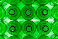 Rijen van groene bierflessen Stock Fotografie