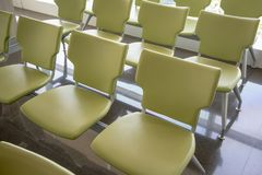 Rijen van groene stoelen op de donkere vloer van de graniettegel Royalty-vrije Stock Foto