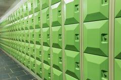 Rijen van groene studentenkasten in schoolzaal Stock Foto's