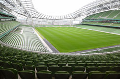 Rijen van groene zetels in een leeg stadion Royalty-vrije Stock Afbeeldingen