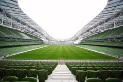 Rijen van groene zetels in een leeg stadion Royalty-vrije Stock Foto's