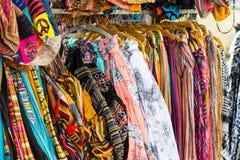 Rijen van het kleurrijke zijdesjaals hangen royalty-vrije stock foto's