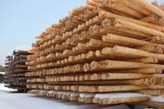 Rijen van hout bij een zaagmolen stock foto