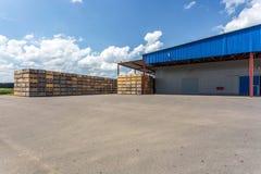 Rijen van houten krattendozen en pallets voor vruchten en groenten in opslagvoorraad Productiepakhuis Installatieindustrie stock afbeeldingen