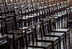 Rijen van houten stoelen - monotonie, geen alternatief, monotonie, retr Stock Fotografie