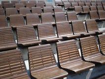 Rijen van houten stoelen in openluchtarena Royalty-vrije Stock Foto's
