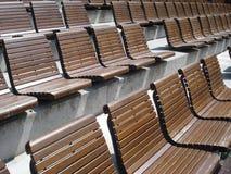 Rijen van houten stoelen in openluchtarena Royalty-vrije Stock Fotografie