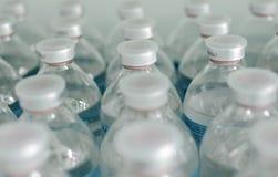 Rijen van identieke flessen Stock Foto