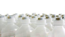 Rijen van identieke plastic flessen Stock Fotografie