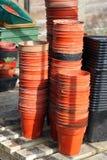 Rijen van installatiepotten in Serre. Stock Foto's