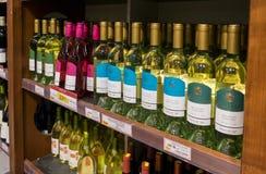 Rijen van Israëlische wijnflessen voor verkoop op plank bij voedsel supermark royalty-vrije stock foto's