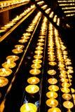 Rijen van kaarsen in kerk Royalty-vrije Stock Foto