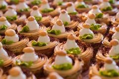 Rijen van kleine verfraaide cakes Stock Foto