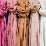 Rijen van kleurrijke katoenen sjaals stock fotografie