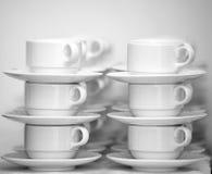 Rijen van koffiekoppen met schotels Stock Foto's