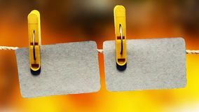 Rijen van lege fotokaders die met wasknijpers op kleurenachtergrond hangen Stock Afbeelding