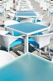 Rijen van lege lijsten en stoelen in openluchtcaf Stock Foto