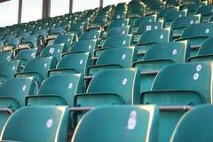 Rijen van lege zetels in een tribune Stock Afbeeldingen