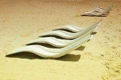 Rijen van ligstoelen stock foto's