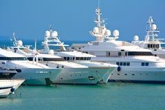 Rijen van luxejachten bij jachthavendok Stock Foto