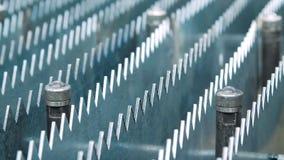 Rijen van metaalplaten met scherpe randen in werktuigmachine Productieproces stock video