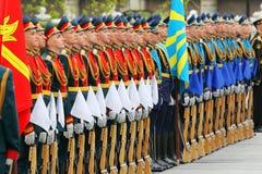 Rijen van militairen bij ceremonie van kroon het leggen Royalty-vrije Stock Afbeeldingen