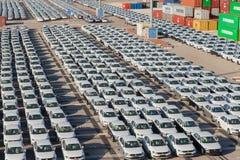 Rijen van nieuwe auto's Stock Foto's