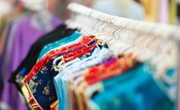 Rijen van kleurrijke kleren op hangers bij winkel. Royalty-vrije Stock Afbeelding