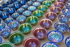 Rijen van Oezbekistaanse koppen met het traditionele ornament van Oezbekistan, Boukhara Stock Afbeelding