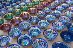 Rijen van Oezbekistaanse koppen met het traditionele ornament van Oezbekistan, Boukhara Stock Afbeeldingen