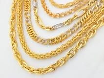 Rijen van ontworpen gouden kettingen stock fotografie