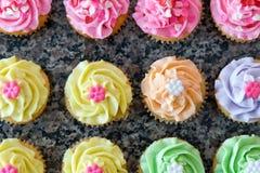 Rijen van Pastelkleur Cupcakes stock foto's