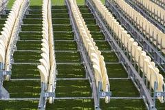 Rijen van plastic stoelen Stock Afbeeldingen
