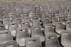 Rijen van plastic stoelen Stock Foto's