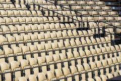 Rijen van plastic stoelen voor toeschouwers Stock Foto