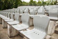 Rijen van plastic zetels in het stadion royalty-vrije stock afbeelding