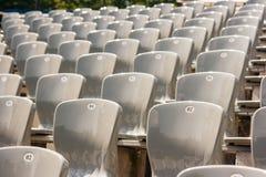 Rijen van plastic zetels in het stadion royalty-vrije stock foto