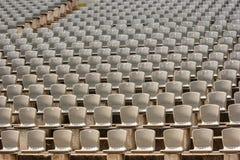 Rijen van plastic zetels in het stadion stock afbeeldingen