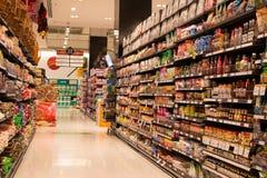 Rijen van producten in een supermarkt Siam Paragon in Bangkok, Thailand. Stock Fotografie