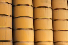 Rijen van reusachtige gele industriële vaten Stock Afbeelding