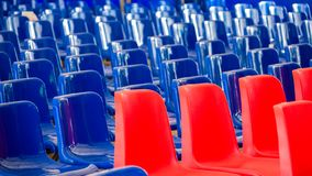 Rijen van Rode en Blauwe Lege Plastic Zetels bij de Gebeurtenis Blauwe Golf, Democratisch Verkiezingsconcept stock foto's