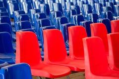 Rijen van Rode en Blauwe Lege Plastic Zetels bij de Gebeurtenis Blauwe Golf, Democratisch Verkiezingsconcept royalty-vrije stock fotografie