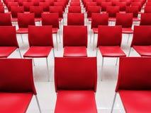 Rijen van rode stoelen Stock Fotografie