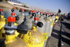 Rijen van scuba-uitrustingstanks Stock Fotografie